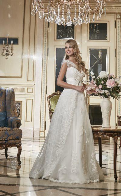 Изящное свадебное платье с кружевной отделкой декольте и полупрозрачной верхней юбкой.