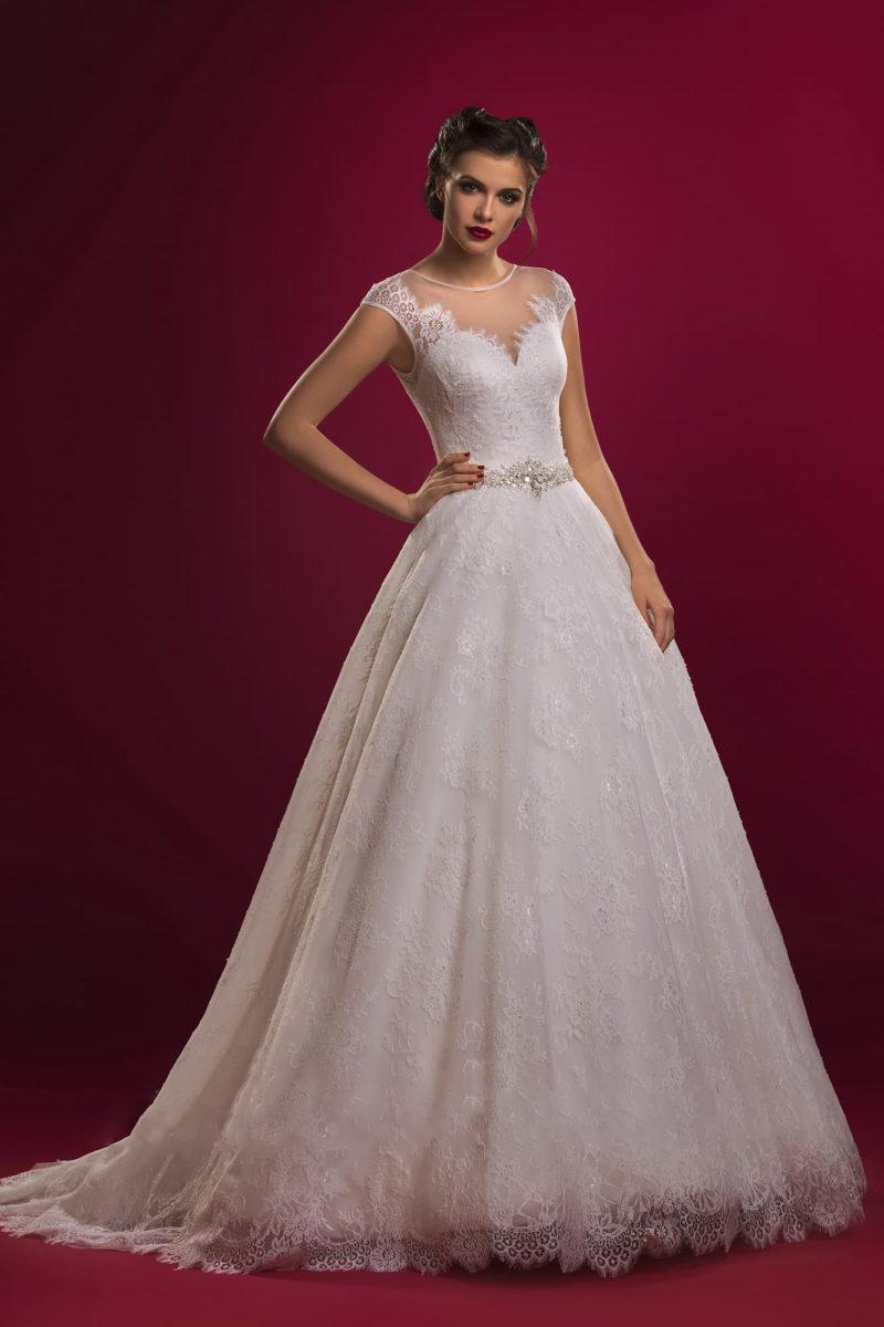 Свадебное платье с прозрачной вставкой над лифом в форме сердца, украшенной кружевом.