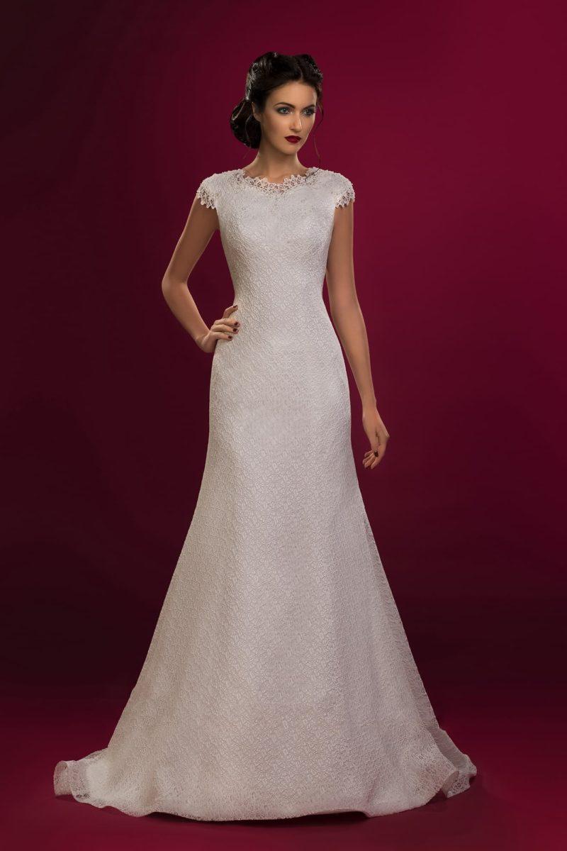 Свадебное платье «рыбка» с короткими рукавами и отделкой из плотного слоя кружевной ткани.