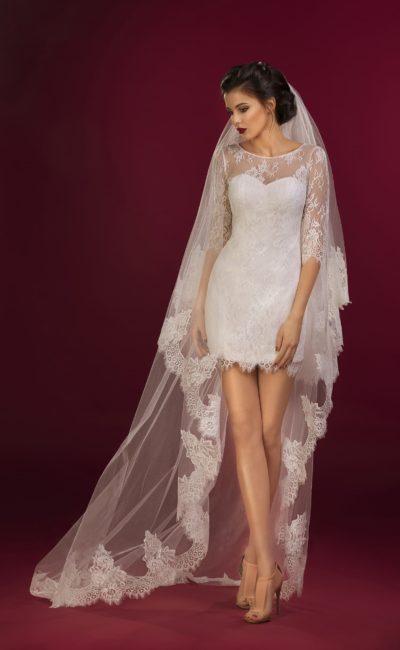 Короткое свадебное платье с лифом в форме сердца и кружевными рукавами прямого кроя.
