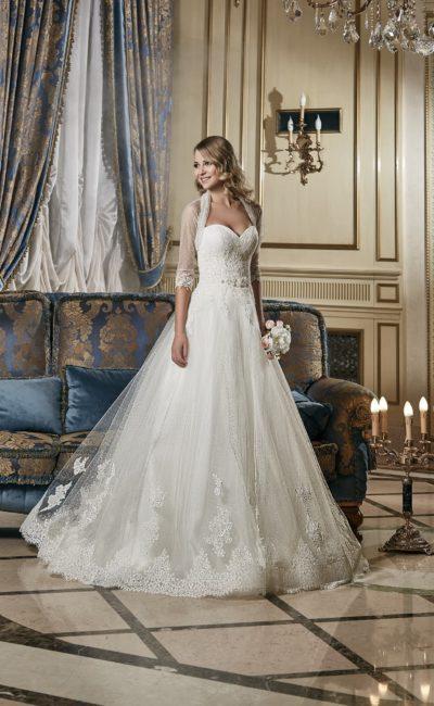 Кружевное свадебное платье «трапеция» с открытым лифом, элегантно дополненным болеро.
