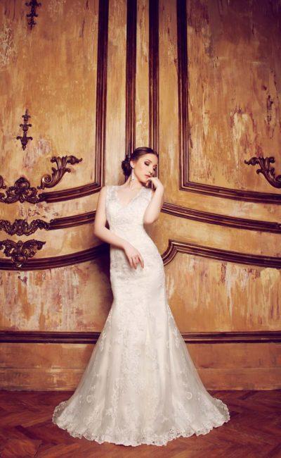 Свадебное платье с кружевной вставкой на спинке и небольшим V-образным вырезом декольте.