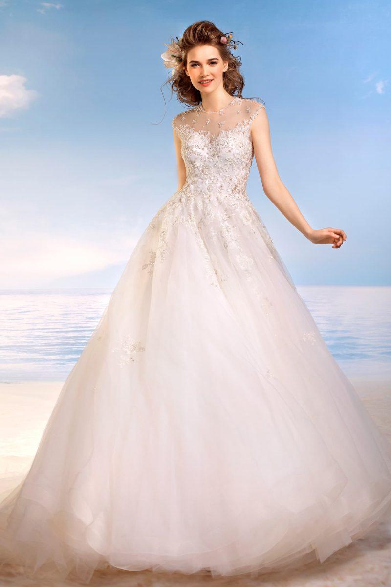 Торжественное свадебное платье с полупрозрачной спинкой и фактурным декором закрытого верха.