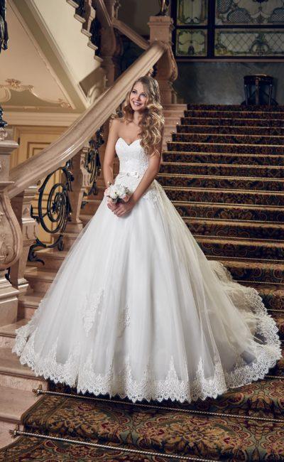 Открытое свадебное платье с соблазнительным лифом-сердечком и кружевной отделкой подола.