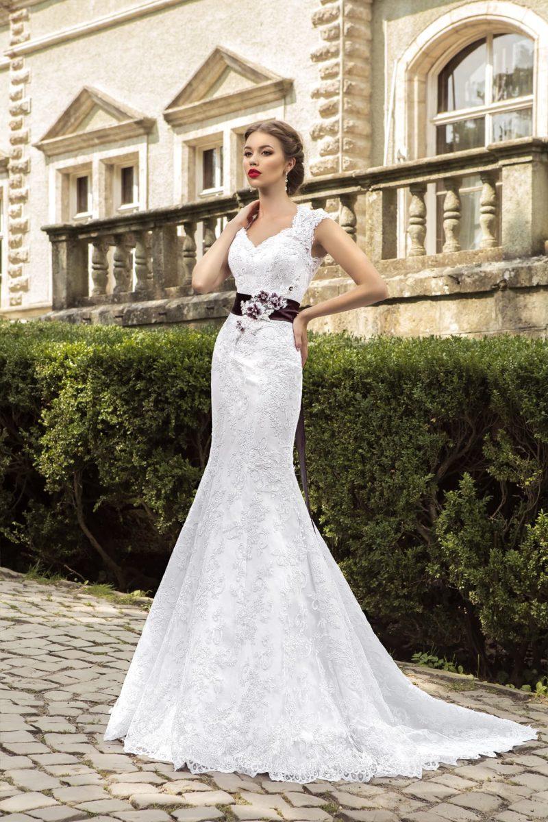Свадебное платье «рыбка» с атласной подкладкой, кружевным декором и цветным поясом на талии.