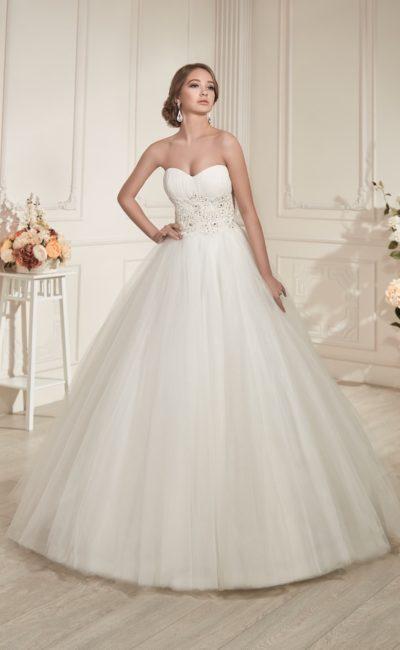 Пышное свадебное платье с открытым лифом в форме сердечка и вышивкой по линии талии.