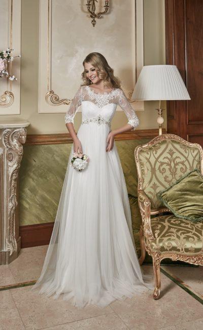 Прямое свадебное платье с завышенной линией талии, выделенной сверкающим поясом.