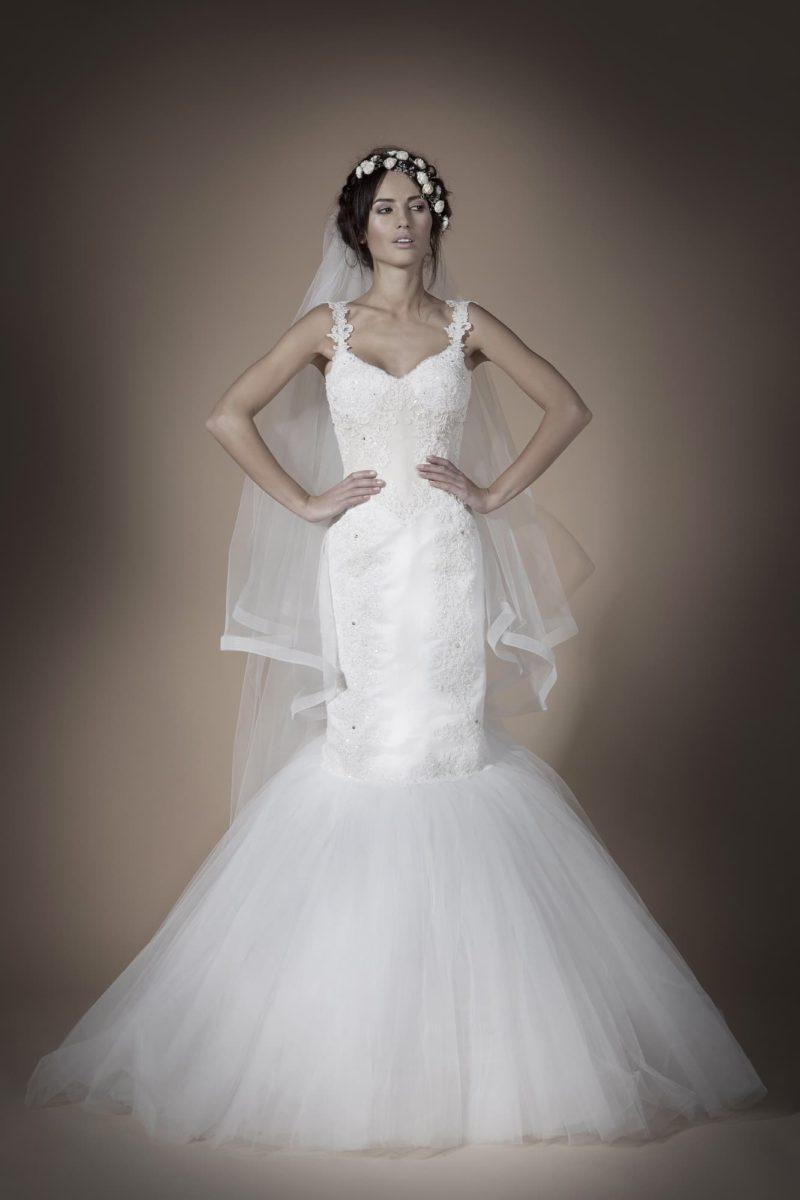 Свадебное платье «рыбка» с низом подола из тюльмарина и вышивкой по верху.