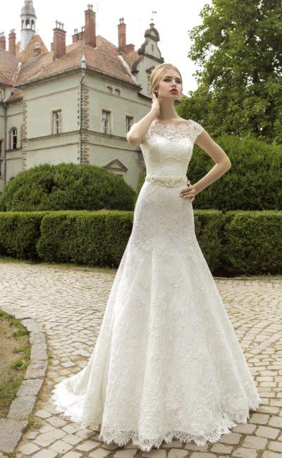 Свадебное платье с коротким рукавом, округлым вырезом и широким поясом с бисером на талии.