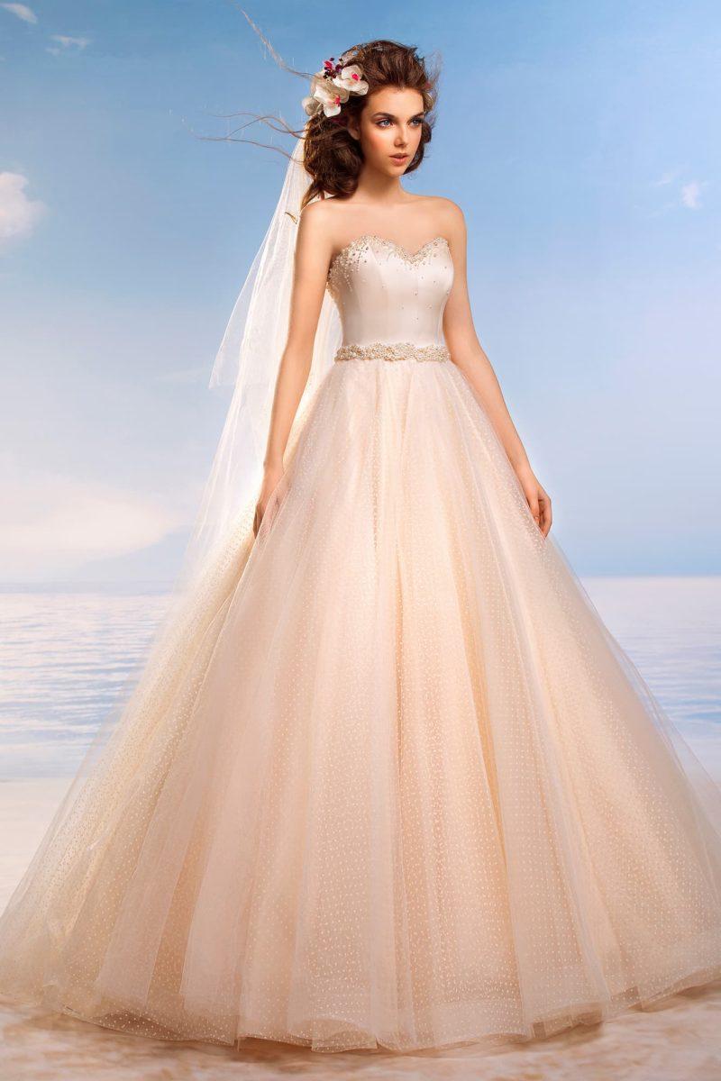 Свадебное платье с роскошным атласным корсетом и многослойной розовой юбкой пышного кроя.