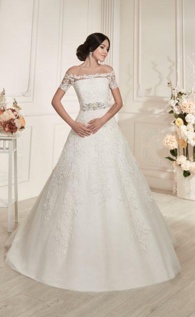 Торжественное свадебное платье с портретным вырезом и отделкой фактурным кружевом.