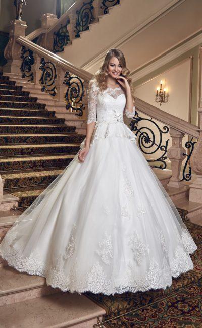 Свадебное платье с изящными длинными рукавами и кружевной баской над пышной юбкой.