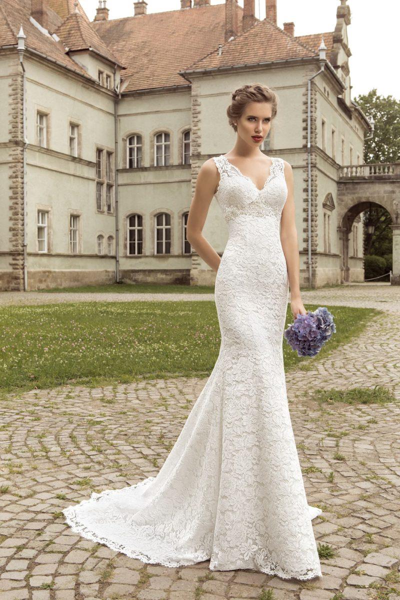 Кружевное свадебное платье кроя «рыбка» с изящными V-образными декольте на лифе и на спинке.