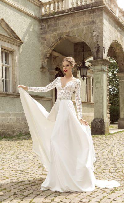 Роскошное свадебное платье «колонна» с кружевным декором верха с V-образным декольте.