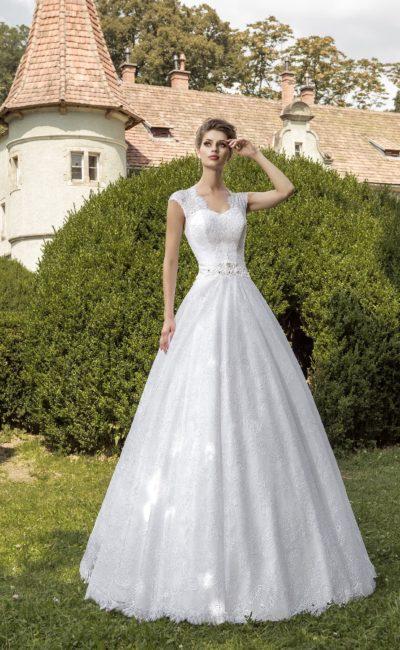 Классическое свадебное платье с кружевным декором и соблазнительной открытой спинкой.