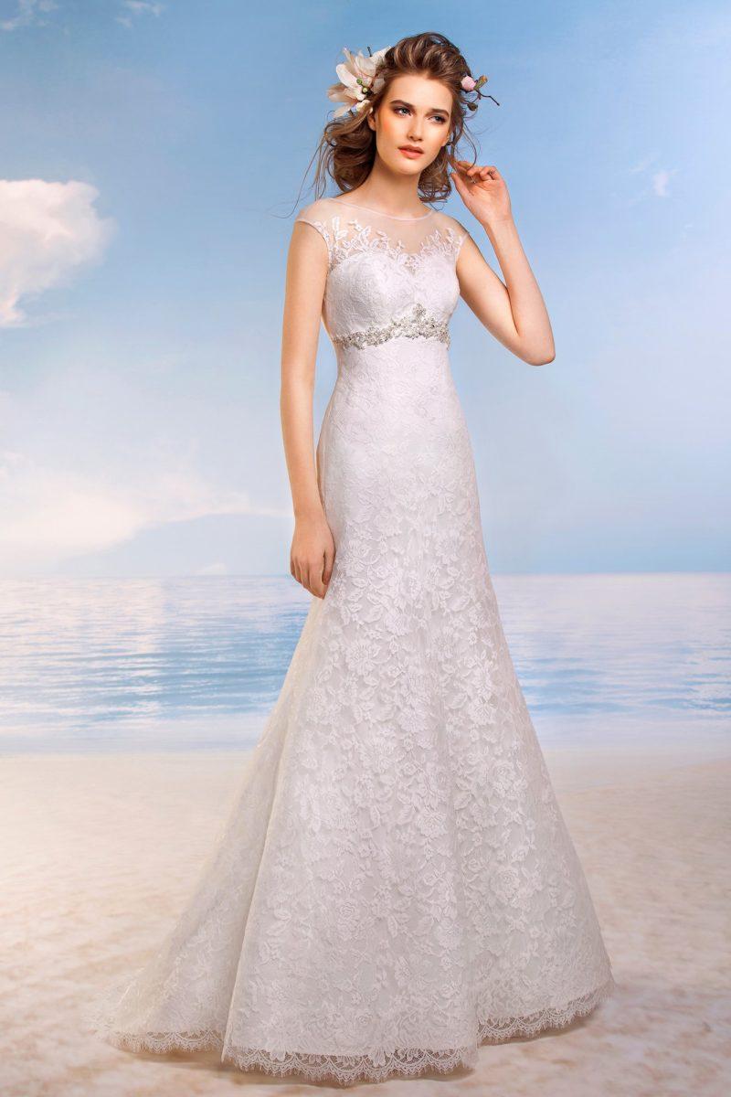 Свадебное платье с сияющим бисерным поясом и кружевной отделкой по всей длине.