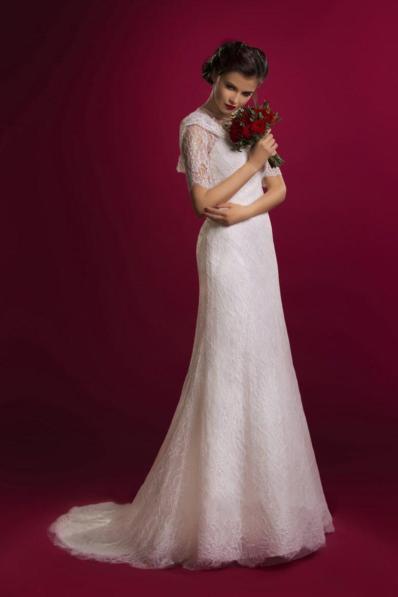 Оригинальное свадебное платье облегающего силуэта с роскошным кружевным капюшоном.