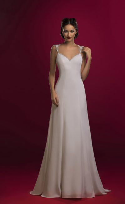 Лаконичное свадебное платье «принцесса» с открытым верхом и небольшим шлейфом сзади.