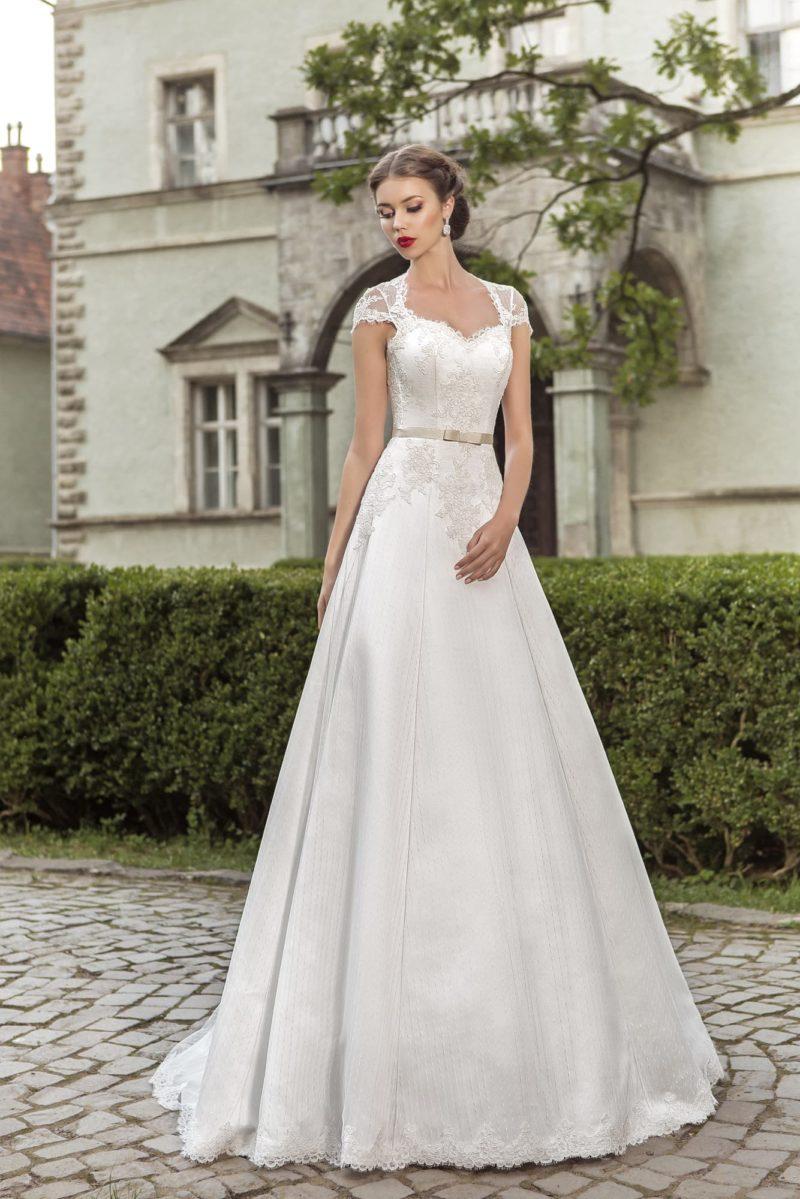 Свадебное платье «принцесса» с широкими бретелями и вырезом «замочная скважина» на спинке.
