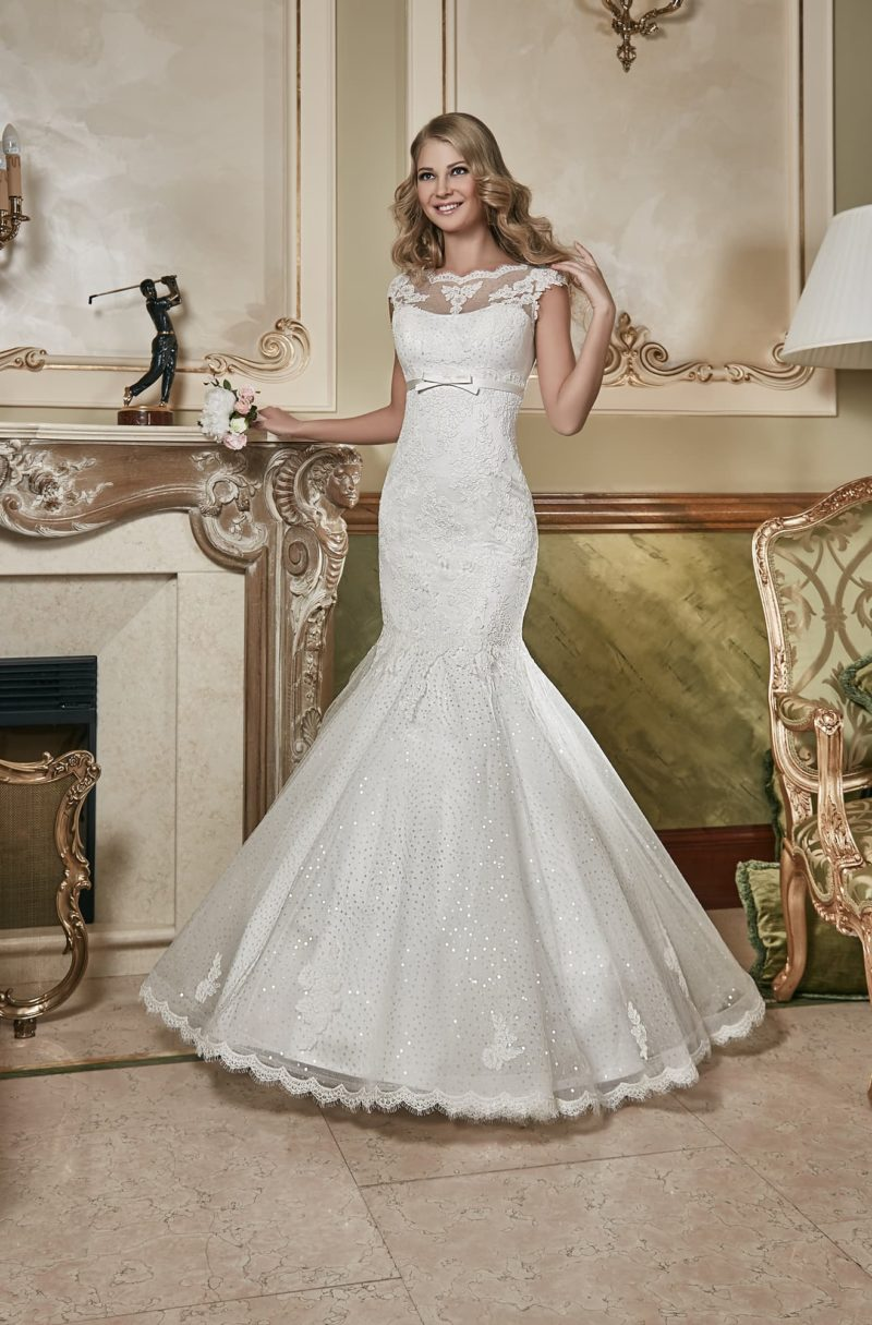 Закрытое свадебное платье с пышной юбкой «рыбка», расшитой пайетками, и узким поясом под лифом.