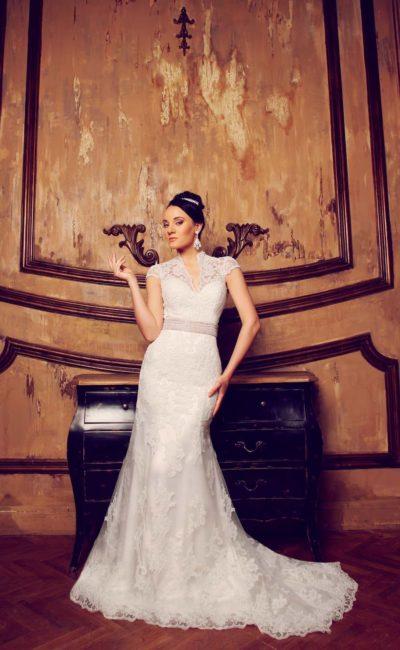 Свадебное платье с V-образным декольте, короткими кружевными рукавами и вставкой на спинке.