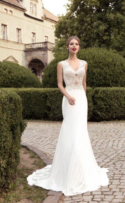 Изящное свадебное платье облегающего кроя, дополненное кружевным лифом с чувственным декольте.
