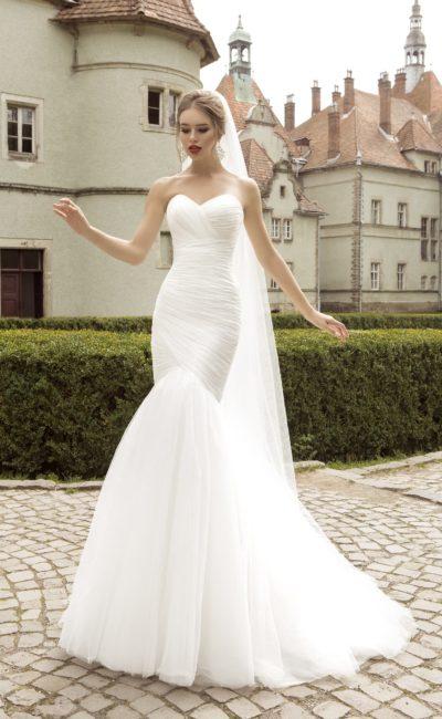 Свадебное платье «русалка» с декольте в форме сердца и драпировками по корсету.