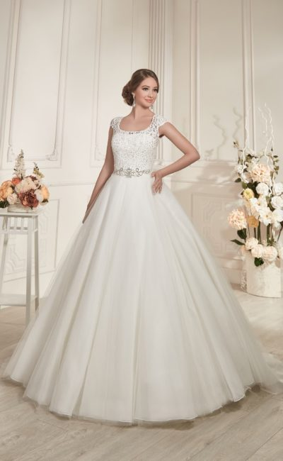 Великолепное свадебное платье с многослойной юбкой и короткими кружевными рукавами.