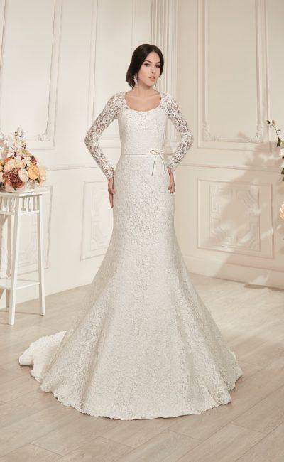 Фактурное свадебное платье «рыбка» с элегантными длинными рукавами и изящным декольте.