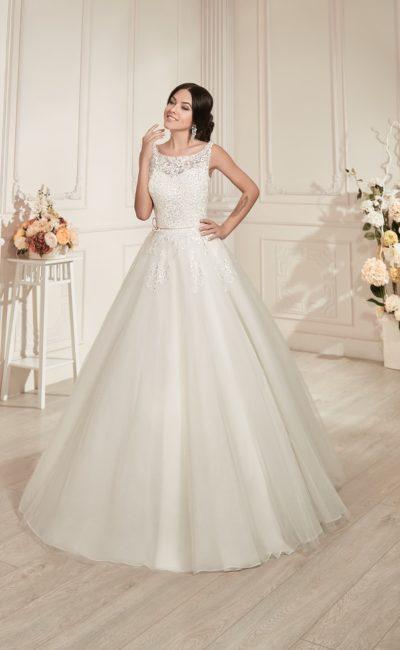 Свадебное платье пышного кроя с открытой спинкой и кружевной отделкой корсета и верха подола.