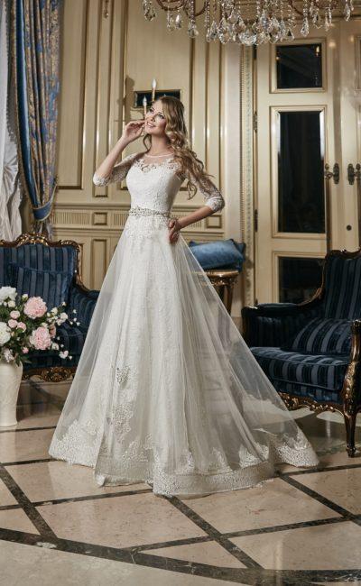 Свадебное платье «принцесса» с роскошной прозрачной юбкой и длинными рукавами.