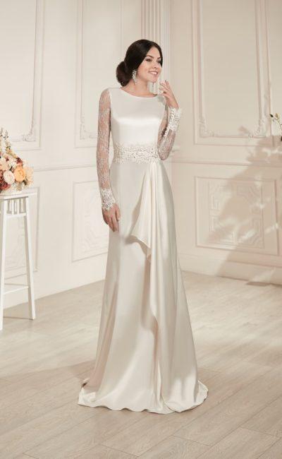 Прямое свадебное платье из роскошного глянцевого атласа, с длинным кружевным рукавом.