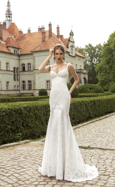 Свадебное платье с лифом в форме сердца, фигурными бретелями и кружевным декором.