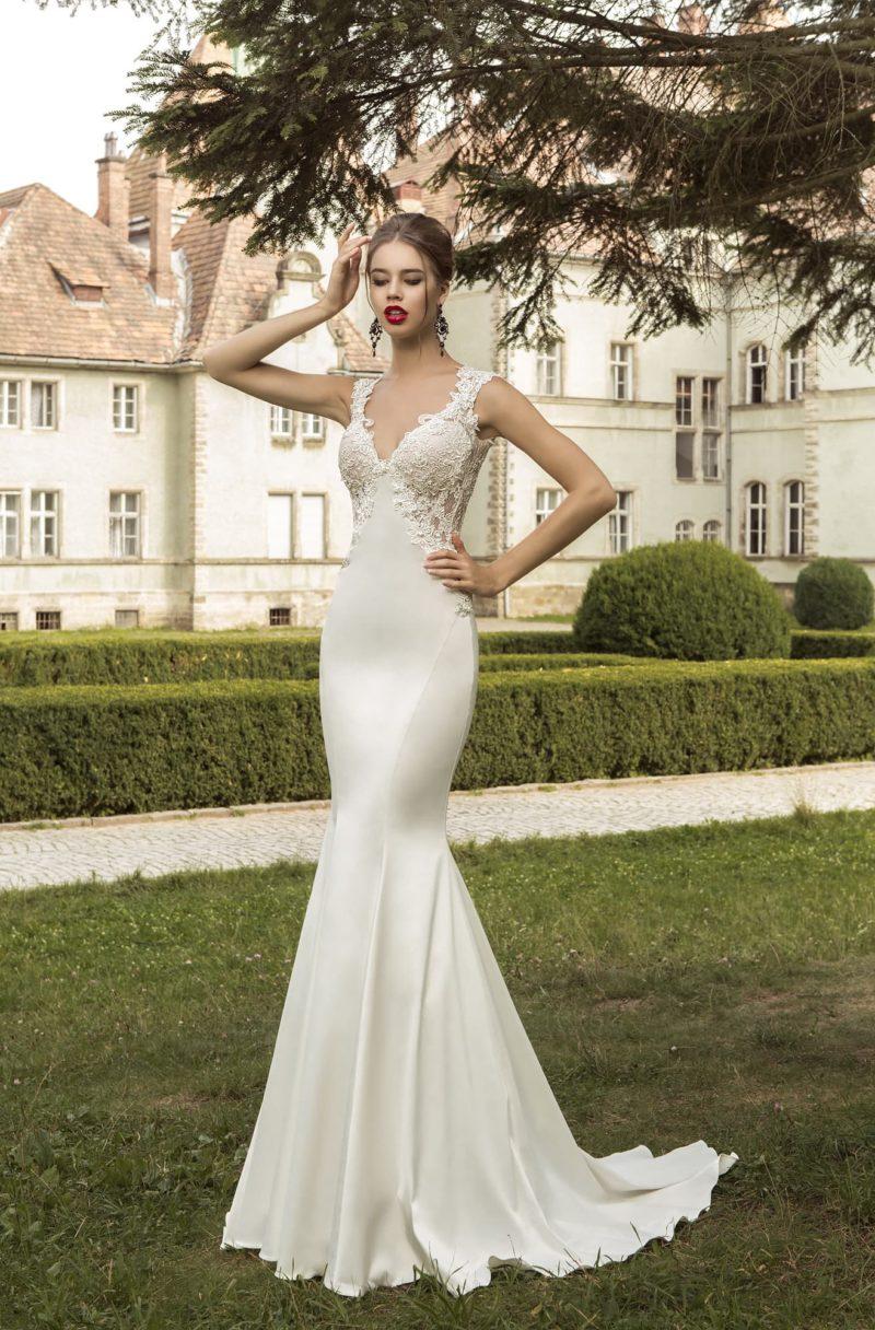 Атласное свадебное платье «рыбка» с кружевным вырезом с изящным декольте, дополненное верхней юбкой.