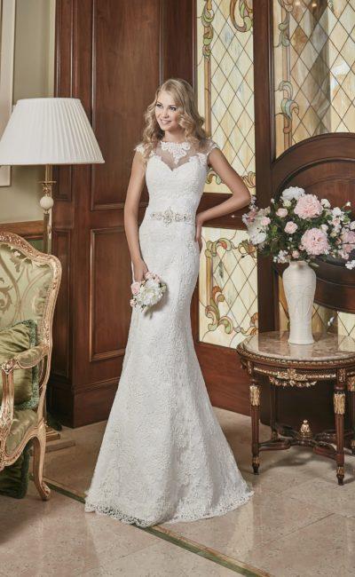 Облегающее свадебное платье, которое может быть дополнено кружевным верхом.