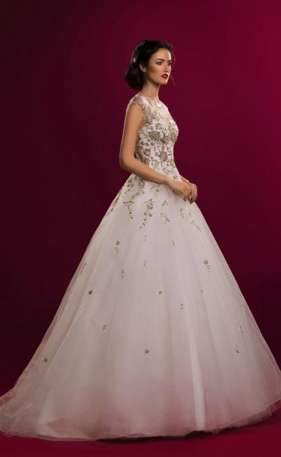 Потрясающее свадебное платье с закрытым тонкой вставкой лифом, покрытым золотистым кружевом.