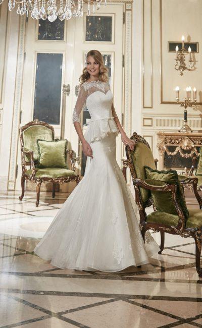 Женственное свадебное платье с закрытым верхом и пышной кружевной баской.