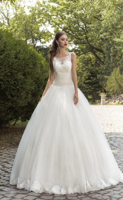 Пышное свадебное платье с глубоким вырезом на спинке, украшенным кружевной вставкой.
