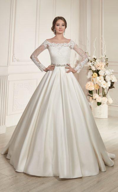 Свадебное платье с кружевным портретным декольте, длинными рукавами и пышной юбкой из атласа.