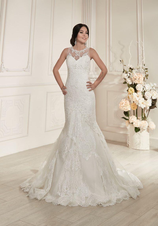 Роскошное свадебное платье «русалка» с открытой глубоким декольте спинкой и кружевным декором.