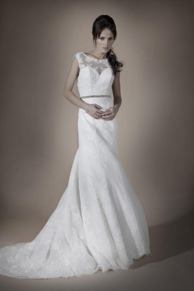 Свадебное платье с роскошным пышным шлейфом и узким блестящим поясом.