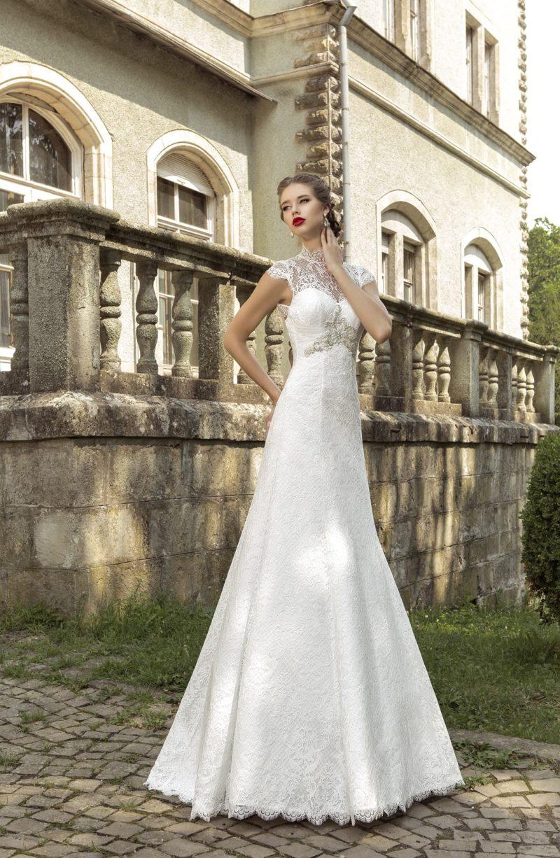 Закрытое свадебное платье с высоким кружевным воротником и открытой спинкой.