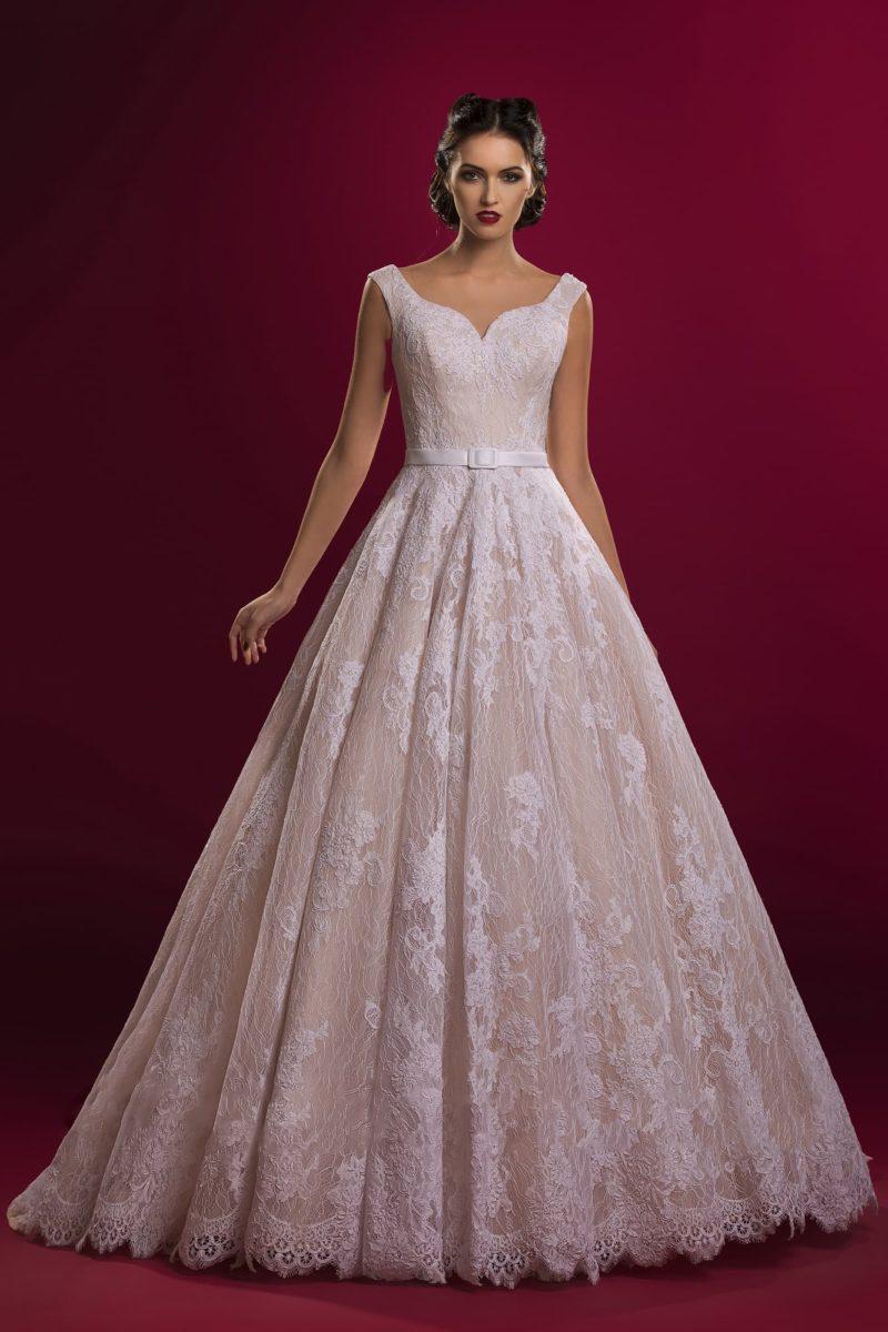 Бежевое свадебное платье с роскошной юбкой и женственным декольте в форме сердца.