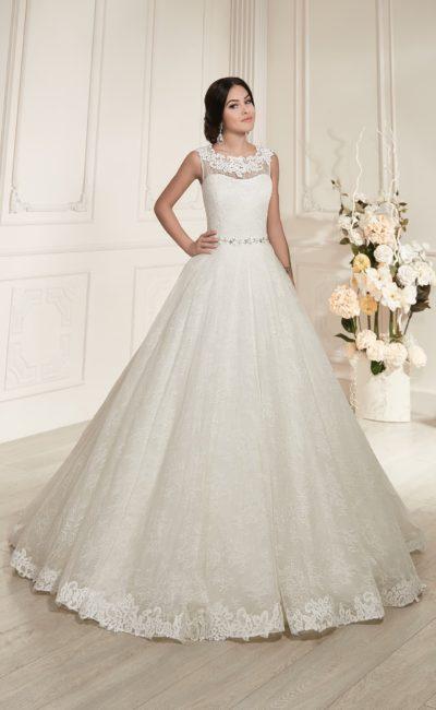 Закрытое свадебное платье с выразительным кружевным декором и небольшим вырезом на спине.