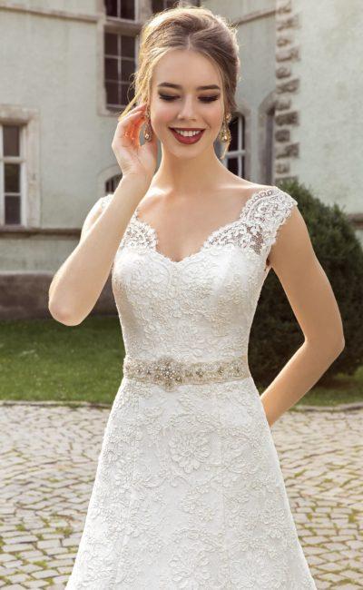 Свадебное платье с великолепной юбкой со шлейфом и романтичным кружевным верхом.