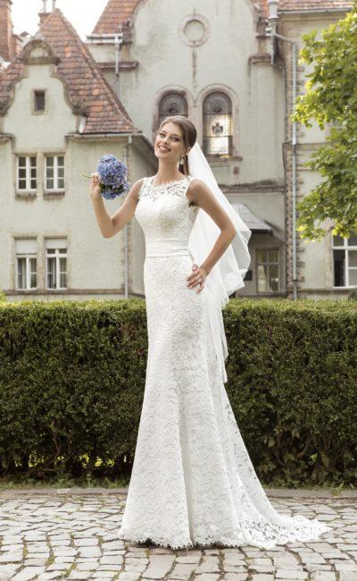 Свадебное платье «рыбка» с широким поясом из атласа и глубоким V-образным декольте сзади.