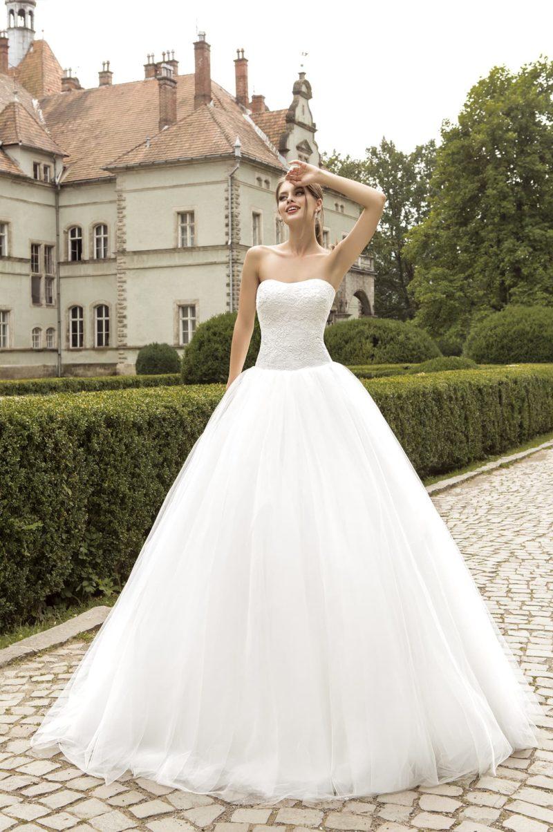 Утонченное свадебное платье пышного кроя с фактурным корсетом с изящным вырезом.