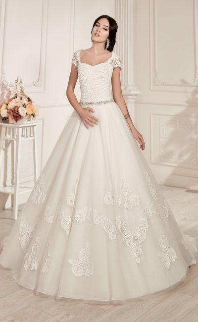 Кружевное свадебное платье пышного кроя с узким бисерным поясом и широкими бретелями.