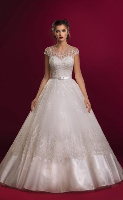 Очаровательное свадебное платье с закрытым кружевным верхом и атласной отделкой пышного подола.