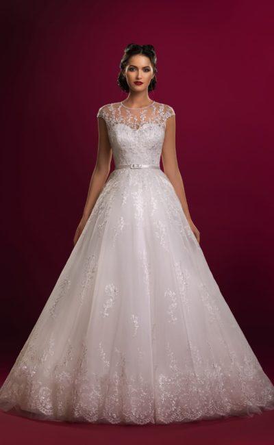 Закрытое свадебное платье с узким атласным поясом и глянцевым кружевом по юбке «трапеция».